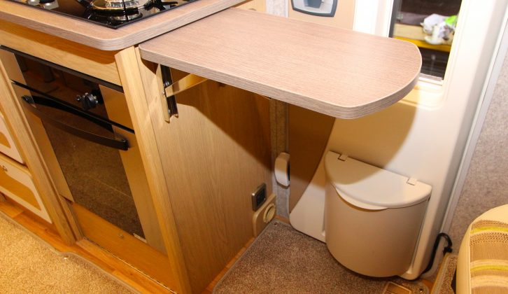 Need yet more work space? Then use this generous extension flap – although it blocks the door